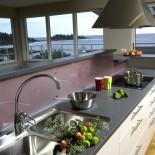 utsikt från köksbänken i en av lägenheterna